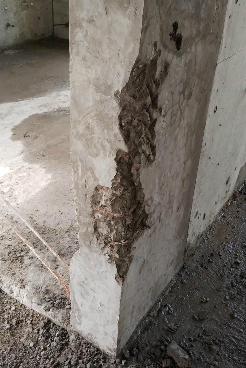 凿开修补处后发现的钢筋裸露_meitu_8.jpg