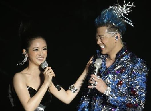 陈晓东演唱会_据台湾媒体报道,陈晓东28日举办演唱会,林依晨以一袭露肩洋装现身