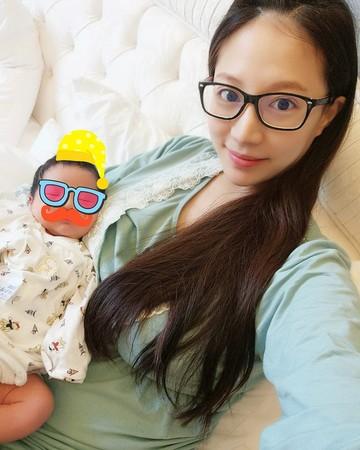 林采缇产后首晒夫妻同框照 儿子侧脸曝光超可爱