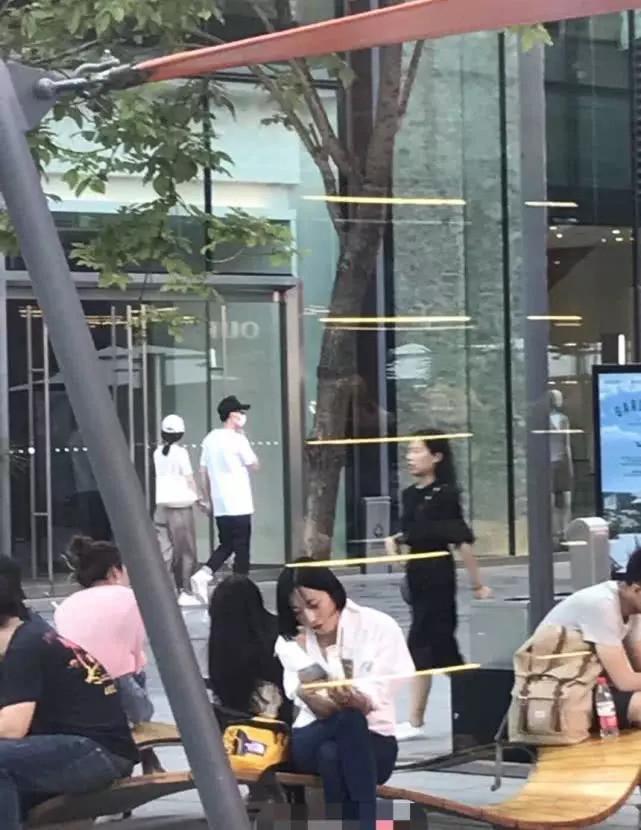 冯绍峰赵丽颖牵手逛街被拍,这是准备公开恋情?