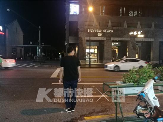 """23:34,一辆出租车来了,灯牌显示""""空车"""",男的伸手拦了一下,车子没停。"""