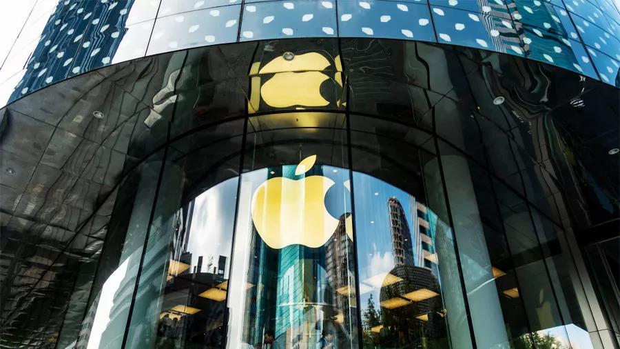一年一度的科技盛宴就要开始了。苹果日前发出邀请:新品发布会将在美国当地时间9月12日(北京时间9月13日凌晨1点),美国加州库布蒂诺苹果新总部的乔布斯剧院举行。 新品有哪些看点? 外界预测,苹果这次发布会将发布三款iPhone,都是采用iPhone X的全面屏设计,使用手势控制系统取代Home键,都拥有Face ID功能,支持刷脸解锁。 第一款新iPhone是一款高端机型,内部代号D33,拥有6.