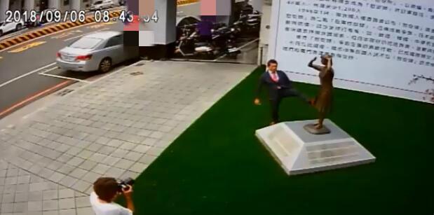 日本右翼脚踹慰安妇铜像引公愤 所属团体终于道歉