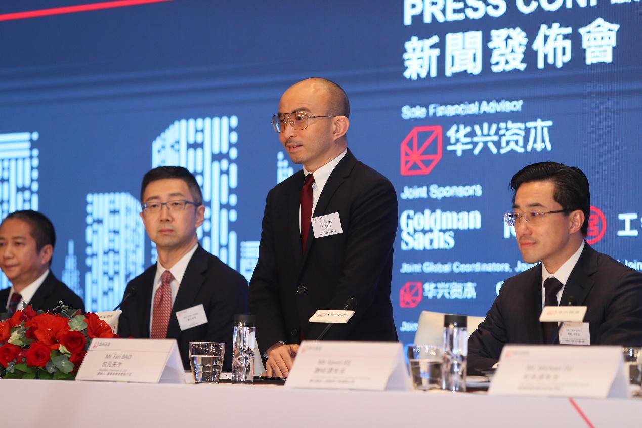 """在更新招股书四天之后,9月13日,华兴资本控股有限公司(股票代码:1911)(下称""""华兴资本"""")在香港召开IPO新闻发布会,正式启动在港公开发售。据介绍,此次华兴资本IPO全球发售的股份数为85,008,000股,其中10%为香港公开发售股份,90%为国际配售股份,发行价格区间为31.8-34.8港元/股,若加上绿鞋计划,华兴资本最高募集资金为3.96到4.33亿美元。"""