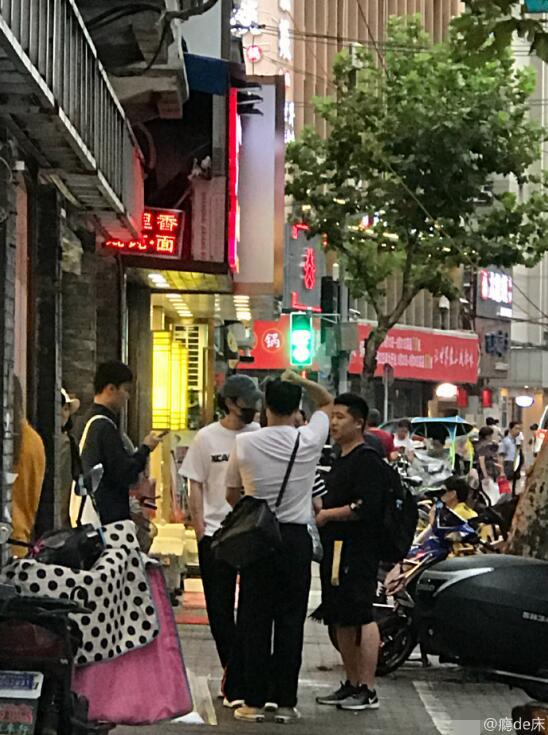 网友上海街头偶遇朱一龙 低调出行与工作人员合影
