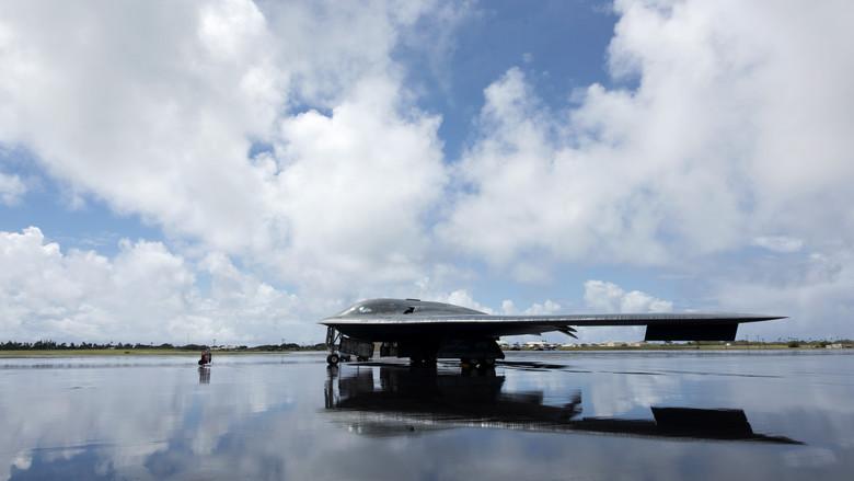 美军B2部署夏威夷配合F22演练远程隐身打击 美媒:为了威慑中俄