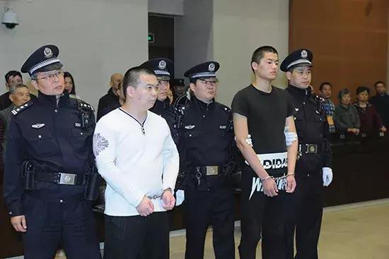 """""""南京交警被拖行致死案""""一审宣判 凶手被判死缓"""