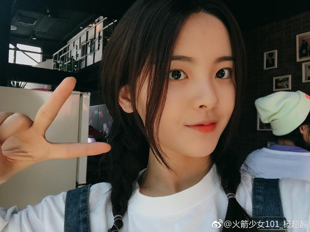 一席学院风的杨超越看起来也是少女感满满,可爱的内双让杨超越的眼睛