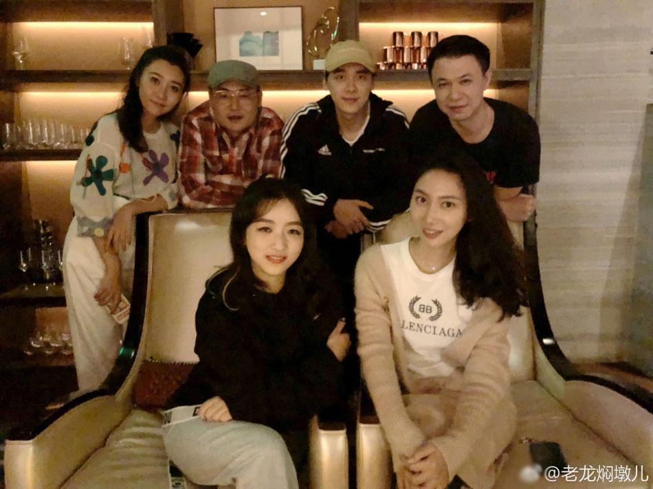 李易峰回家乡后与友聚餐 一起吃火锅很是尽兴