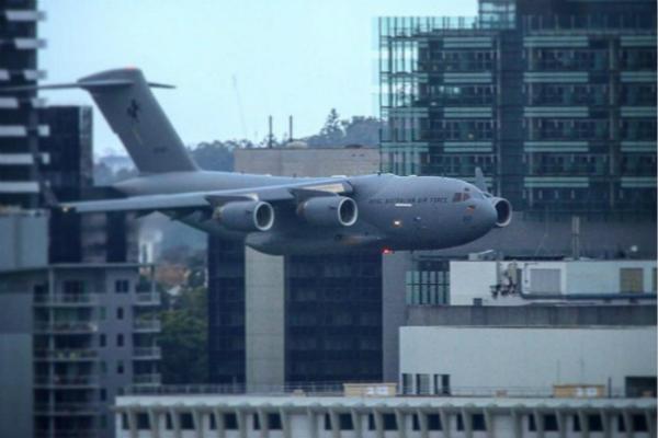 澳军机径直飞向高楼 民众被吓坏以为911重现