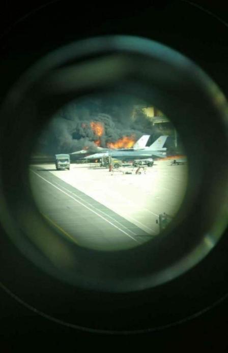 比利时一架F-16在基地爆炸 被烧成废铁