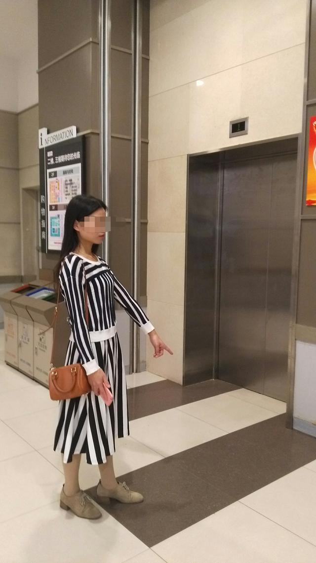 陌生女子推3岁女童进电梯 宝妈听到哭喊抢回孩子