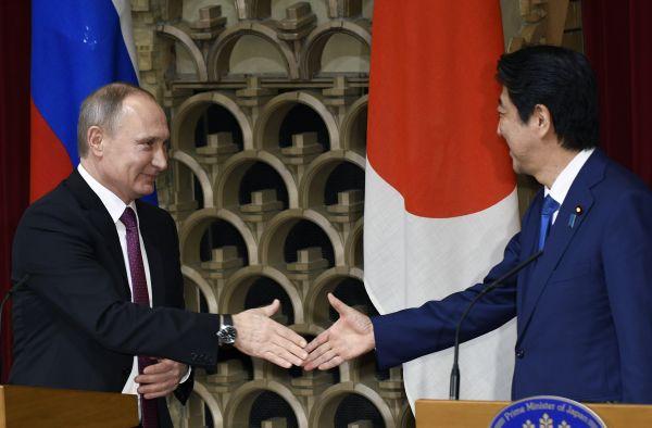 普京就向日本?#24179;渙降?#25171;太极:依据和主权需谈判