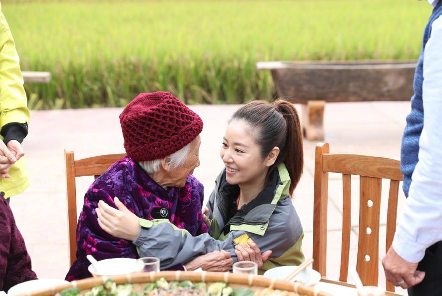 林心如赵薇一起做公益 两人低头热聊气氛欢乐(组图)