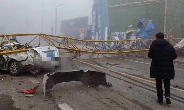 四川雅安一工地塔吊倒塌 两人经抢救无效死亡