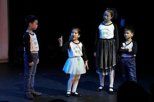 年终盛典创新演绎为孩子们打造自己的舞台 12月30日下午,中国儿艺跨年剧汇暨2019 小小代言人颁奖礼活动正式开始。不同于往年晚会式的节目串演,今年的颁奖礼,中国儿艺邀请优秀青年编剧杜薇,优秀青年导演、演员廖伟和艺校教学主管王堃根据小小代言人的自身特点,共同创排了舞台剧《孩子们的舞台》。