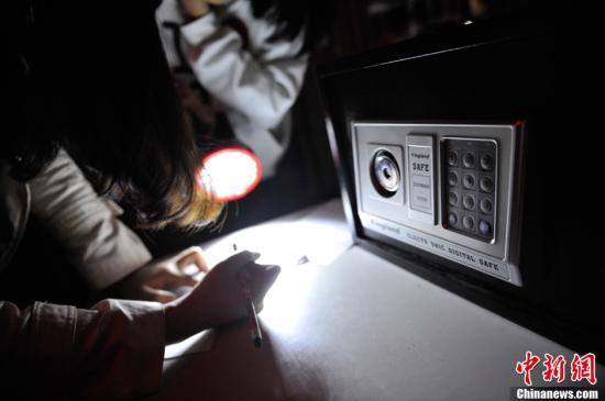 """资料图:顾客在玩""""密室逃脱""""游戏。<a target='_blank' href='http://www.chinanews.com.bbsgl.cn/'>中新社</a>发刘冉阳摄"""