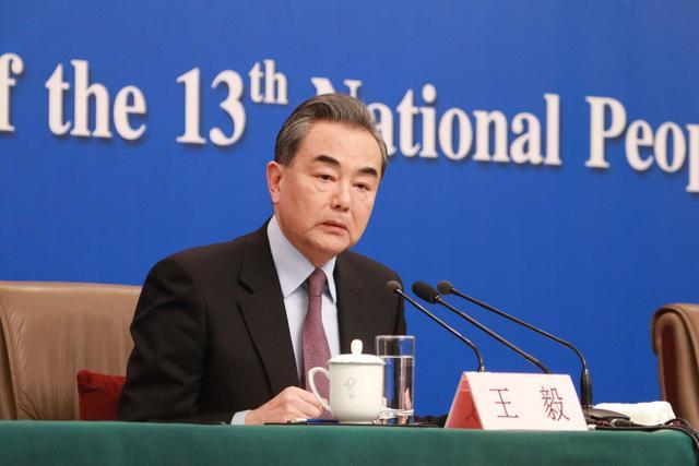 中国护照免签证国家 外交部长王毅:中国护照含金量不断提高  免签落地签国家达72个