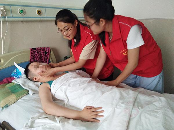 女生成植物人沉睡六年 学生志愿者接力护理助她说话