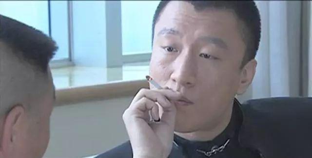 又一男星公众场合吸雪茄,人设竟然没崩,大家都理解他?