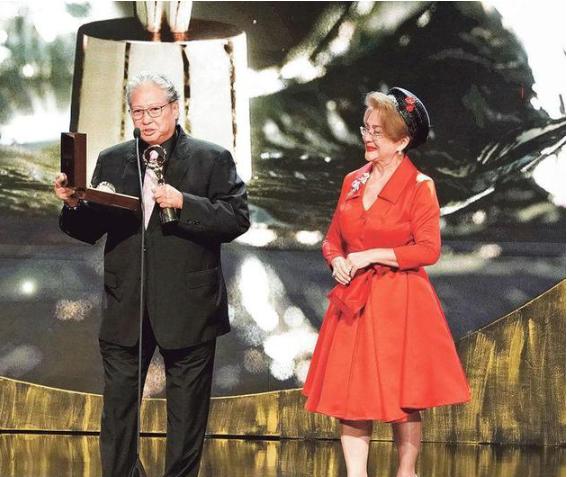 67岁洪金宝获终身成就奖 自侃老鲜肉还有几十年戏要拍