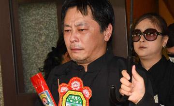 他曾被人下毒,妻子弃家而去,如今含泪送别亡父