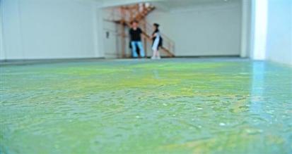 武汉金色港湾小区一别墅漏水淹没地下室 开发商拒维修