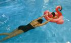 章子怡与女儿戏水 泳衣都遮不住她的好身材