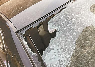 居民楼外墙装饰脱落 砸中3辆车