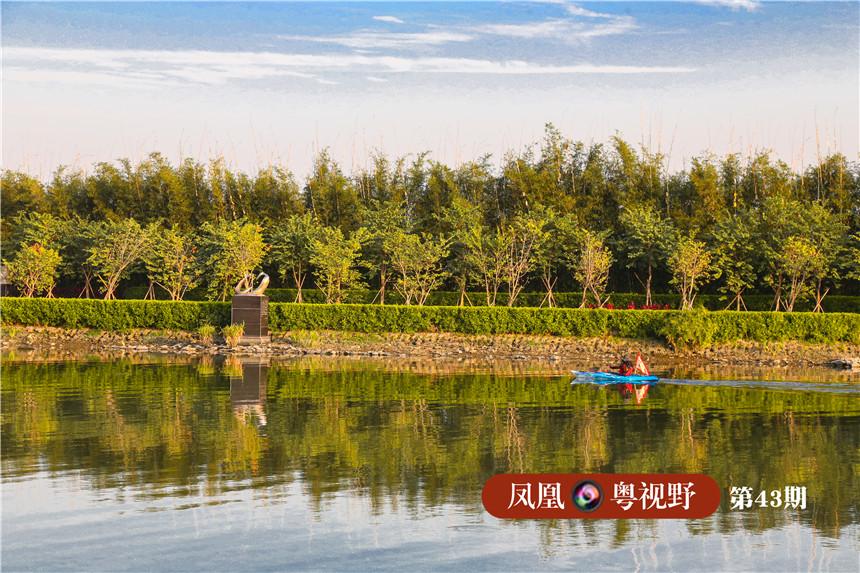 图为:一名皮划艇爱好者在石榴岗河上训练,构成一幅美丽的画面。