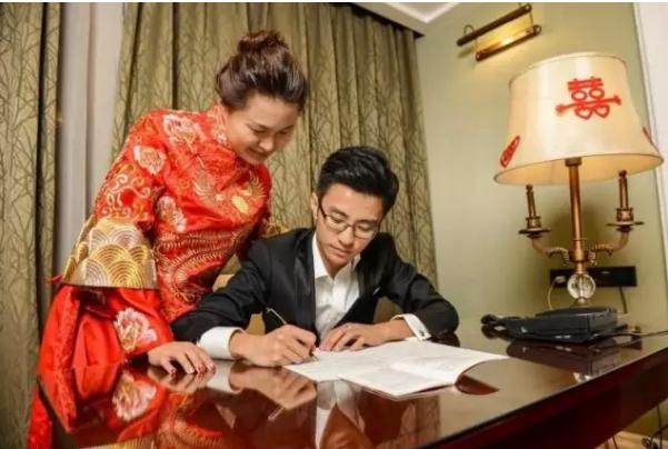 闻南昌铁路局两职工新婚之夜抄党章,口占一首,以示祝贺