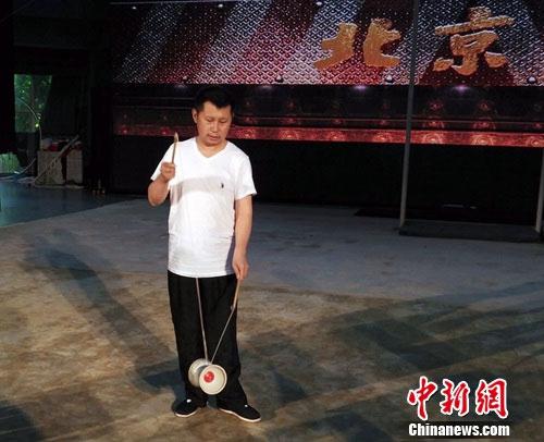 何云伟出演语言杂技剧《北京》 现场抖空竹 [有看点]