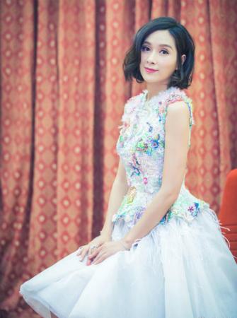 42岁杨恭如碎花礼服走红毯 俏皮短发少女感十足 [有看点]