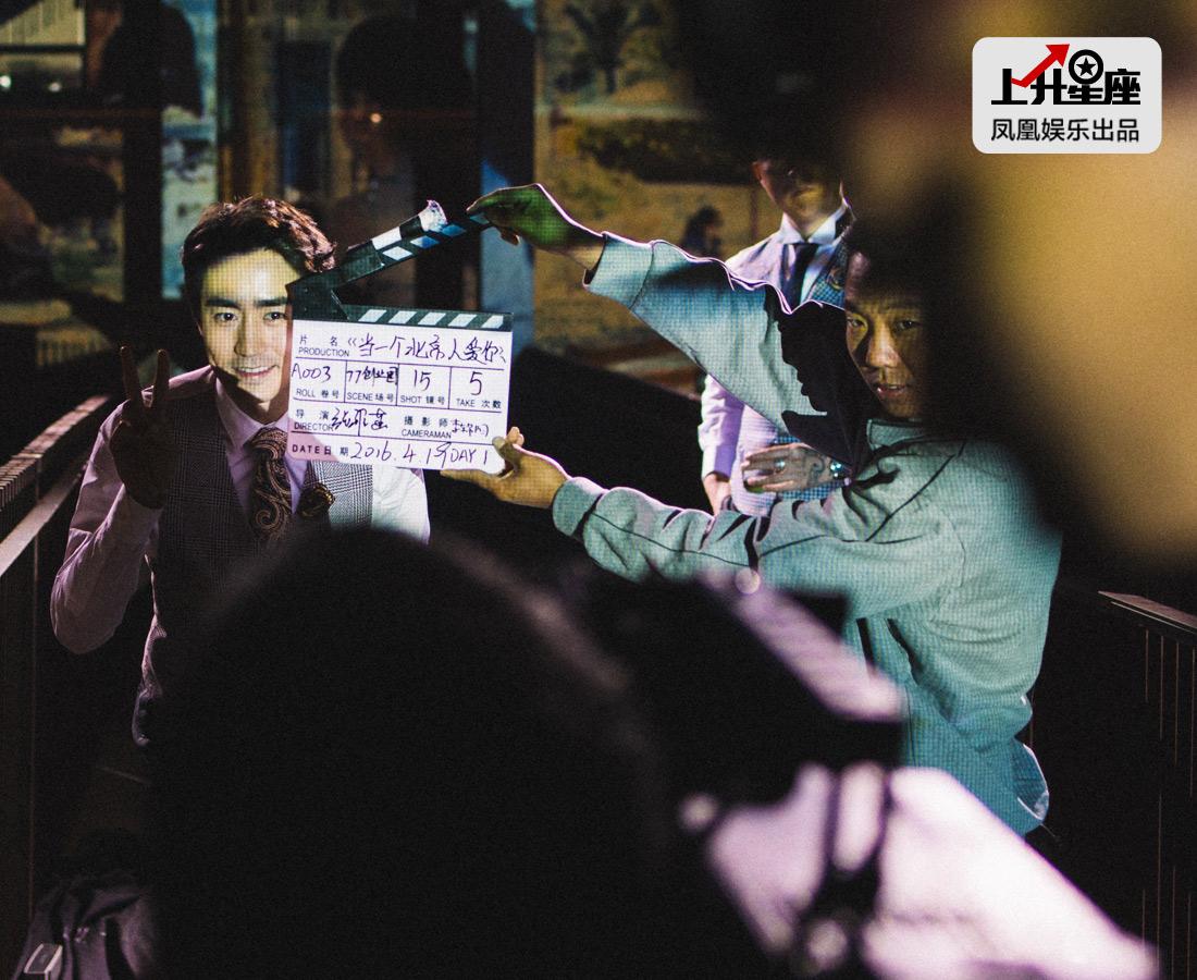 "MV拍至深夜,凤凰娱乐跟拍杨玏的一天也接近尾声。不同于一些""星二代""的个性张扬,杨玏一步步稳扎稳打,迎难而上的他透过一系列的作品让大家认识,以后的路还很长,谈未来,他的想法是做好演员这个事。"