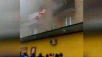 居民楼失火 父母将孩子从阳台抛下求路人接住
