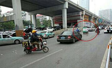 男子当街撒钱 公交车站乱摸女性