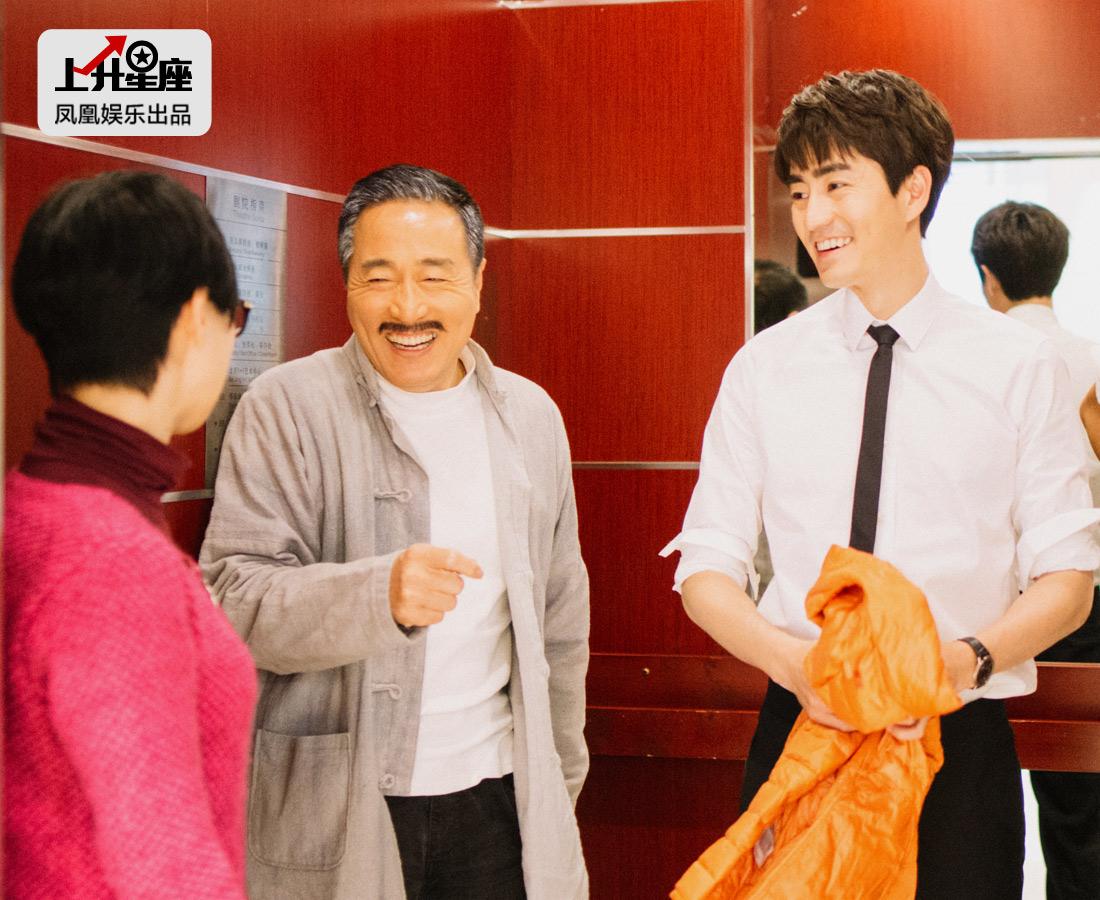 作为杨立新之子,出生、成长于演艺家庭,杨玏说自己从小就经常出入人艺大院,几乎看遍了所有的经典剧目。4岁时参演话剧《小井胡同》,开始和表演、舞台结下割舍不掉情结。在电梯里遇到父亲的老同事,杨玏礼貌地主动打招呼。