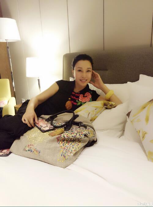 60岁刘晓庆素颜床上拍照