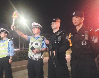 南昌:交警夜查酒驾 特警持枪助阵(图)