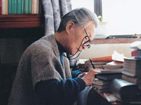杨绛因轻度肺炎及肠梗阻住院 保姆:她正在恢复中