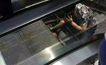 """重庆:电梯""""吞人"""" 现场"""