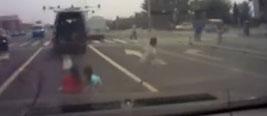 实拍行驶车辆掉出3孩子后开走 后车狂按喇叭