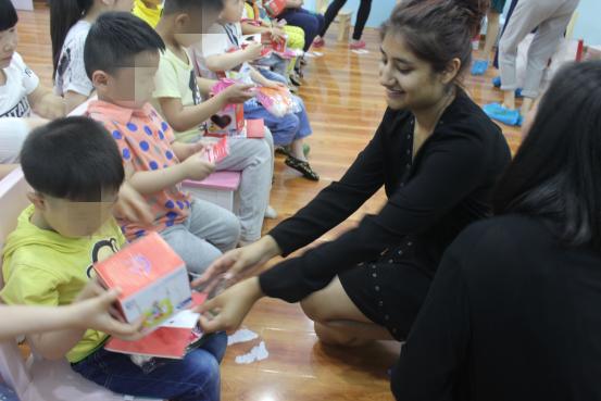 为幼儿园捐赠了爱心图书,并为自闭症孩子送上了玩具及节日祝福.