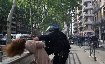 女路人被警察当街拦截、制服的暴力全程