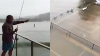 实拍洪水来袭一楼被淹一半 男子淡定在自家阳台上钓鱼