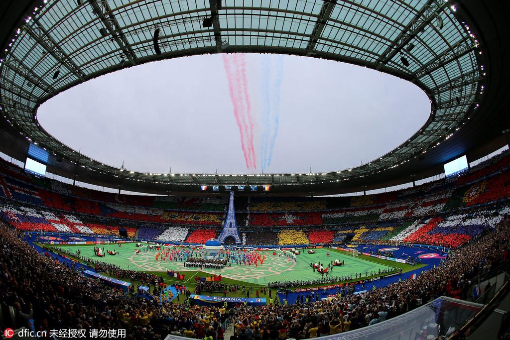 国宝DJ嗨翻全场 凤凰体育讯 北京时间6月11日,2016年法国欧洲杯正式开幕。揭幕战开打之前,共有超过400名演员参与了开幕式的表演,为观众们带来了一场精彩的演出。 开幕式倒数环节中,现场大屏幕为观众展示了将举办本届欧洲杯比赛的9座城市的10块场地。开幕式现场,法兰西大球场被布置成了法兰西古代庄园的模样,共有400多位演员参与了开幕式的演出。 开幕式第一个环节,演员们向观众展示了充满法国传统魅力的旋转木马和经典流行符号。场地当中,演员们装扮成了法国不同历史时期的经典荒诞人物。随后,150名舞蹈演员跳起