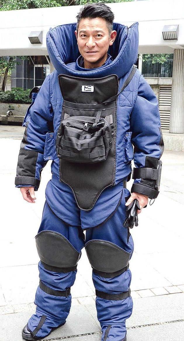 超敬业!刘德华穿70磅防爆衣酷暑中拍戏(图)【星看点】