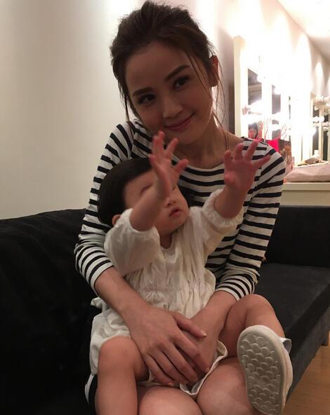 蔡卓妍想抱郑希怡女儿合影 小宝贝就是不看镜头【星看点】