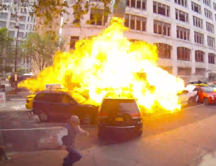 《速激8》特技场景跑车倾泻而下 数十辆车连环相撞