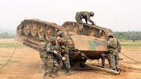 实拍士兵开坦克时侧翻 坦克倒扣在地